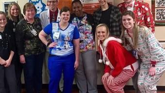 Ausnahmsweise unglamourös und bescheiden: Jennifer Lawrence (hintere Reihe 2.v.r.) feierte zum fünften Mal Weihnachten mit Personal, Patienten und Besucher von Norton's Kinderspital in ihrer Heimatstadt Louisville, Kentucky. (Instagram)