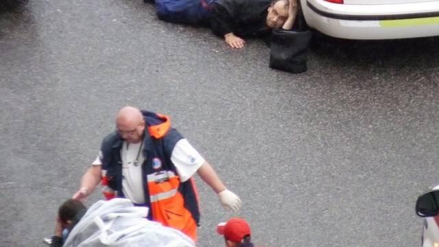 Mann geht hinter einem Auto in Deckung - ein anderer wird verletzt abtransportiert