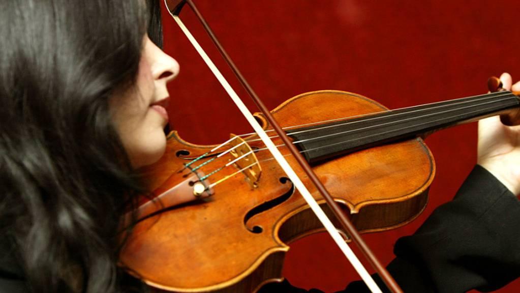 Die Geigen des italienisch Meisters Antonio Stradivari sind heissbegehrt und äusserst wertvoll. Jahrring-Analysen könnten helfen, die Echtheit dieser Instrumente zu prüfen.