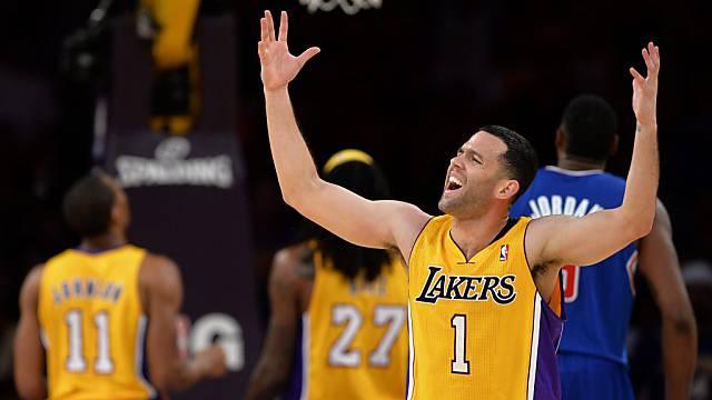 Jordan Farmar jubelt nach dem Derbysieg der Lakers