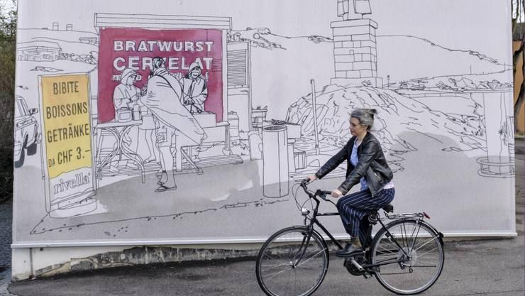 Lena Eriksson vor ihrer Zeichnung an der Fassade beim Kunsthaus Baselland.