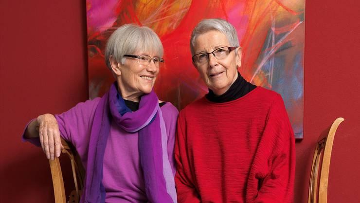 Eva Schweizer (l.) und Karin Rüegg in ihrer Wohnung in Oberrohrdorf. Das Bild im Hintergrund ist von der Künstlerin und Dichterin Karin Rüegg.