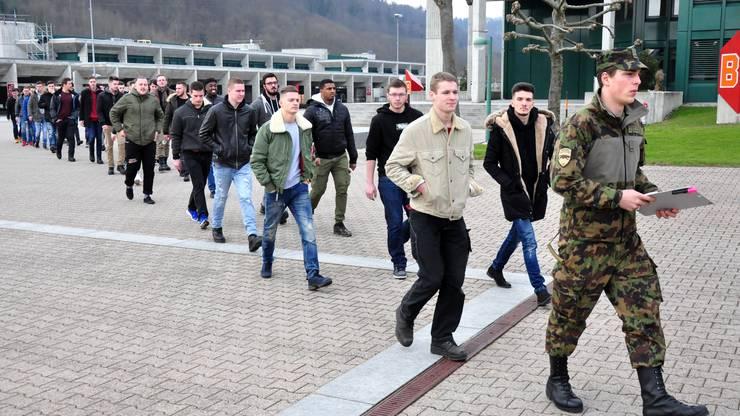 Schon beim Kasernenrundgang mit dem Zugführer hiess es: Zweierkolonne marsch!