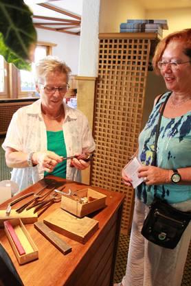 Vreni Wohlgensinger vom Coiffure Vreni in Weiningen zeigt alte Friseur-Utensilien