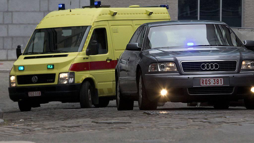 Am Samstag wurde der Hauptverdächtige der Pariser Anschläge aus dem Spital entlassen und von der Polizei abgeführt. Nun droht ihm die Auslieferung an Frankreich.