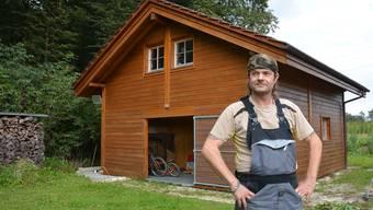 Hausbesitzer Reto Felber möchte das chaletartige Häuschen erst dann rückbauen, wenn er dafür einen Käufer gefunden hat.