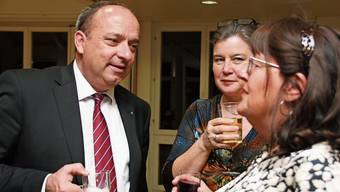 Landammann Markus Dieth im Gespräch mit alt Gemeindeammann Bernadette Favre im Wallbacher Gemeindesaal.