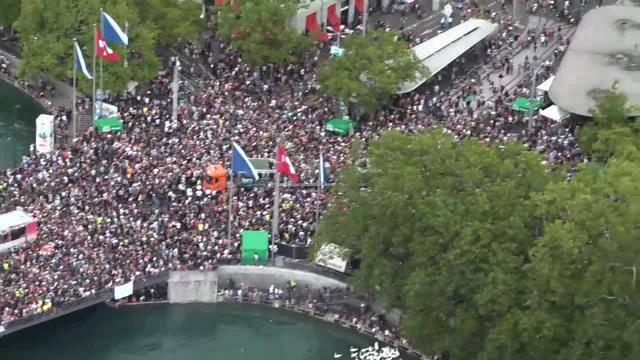 Im siebten Himmel: Street Parade aus der Luft