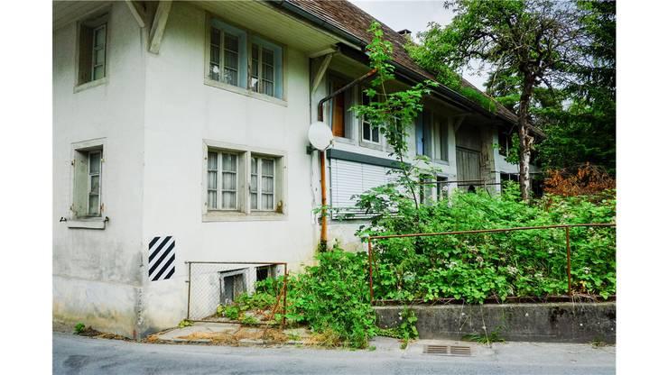 Haus wird im August 2013 abgebrochen, die Einmündung entschärft. Es entsteht ein dreigeschossiges Geschäftshaus.