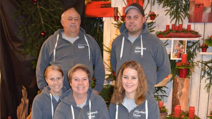 Die Familie Winkenbach posiert vor Gestecken der Weihnachtsausstellung (hinten von links): Rainer und Adrian, (vorne von links) Denise, Vreny und Iris. ihk