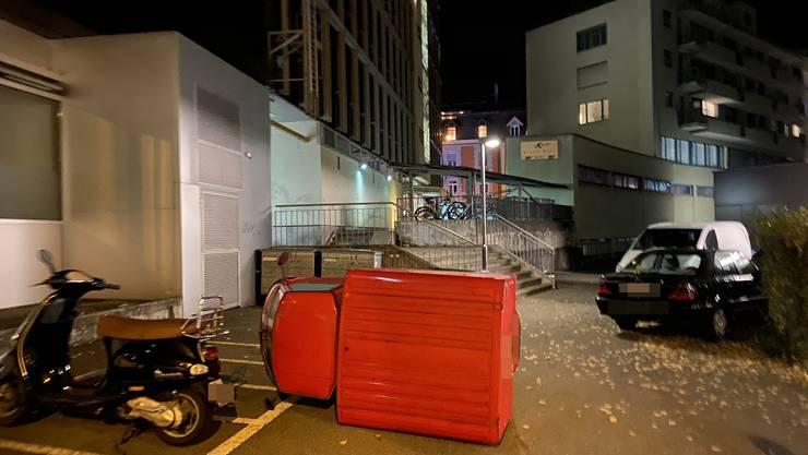 In der Nacht auf Samstag beschädigten zwei junge Erwachsene mutwillig zwei Autos.