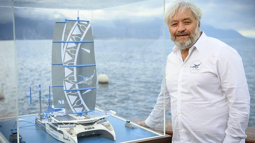 Der Schweizer Segler Yvan Bourgnon posiert am Genfersee mit dem Modell des Hochseekatamarans Manta. Das Schiff soll ab 2024 grosse Mengen an Plastik aus den Weltmeeren fischen und recyclen. Der 49-Jährige hat zahlreiche Bücher über seine Abenteuer geschrieben und wohnt heute in Saint-Blaise NE.