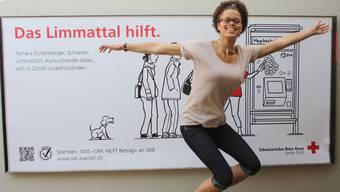 Tamara Eichenberger vor ihrem Plakat. Der 19-jährigen Schlieremerin bereitet die Arbeit mit den Asylsuchenden grosse Freude.