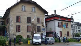 Am 29. Mai, um 6 Uhr morgens, drang ein Durchsuchungskommando der Kantonspolizeit Aargau ins Kulturzentrum Bremgarten (KuZeB) ein und konfiszierte mehrere Gegenstände.