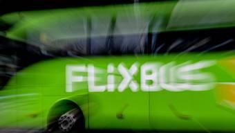 In Deutschland will der Fernbusanbieter Flixbus ebenso wie die Bahn Soldaten in Uniform gratis transportieren. (Archivbild)