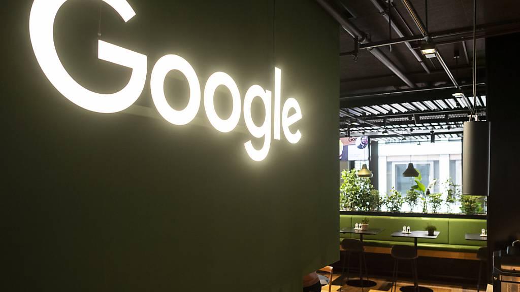 Der Internetgigant Google sponsert in der Schweiz Weiterbildungskurse in IT-nahen Bereichen. Insgesamt stehen im Rahmen des Projekts mehr als 500 Ausbildungsplätze zur Verfügung.(Archivbild)
