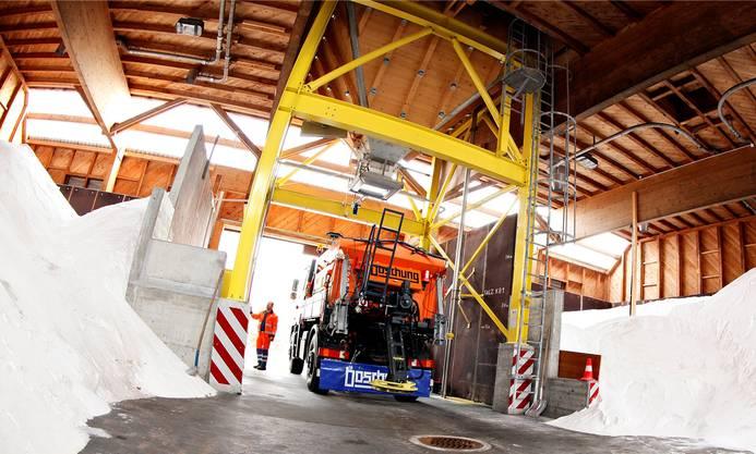 Lastwagen transportieren das Salz in der ganzen Schweiz.