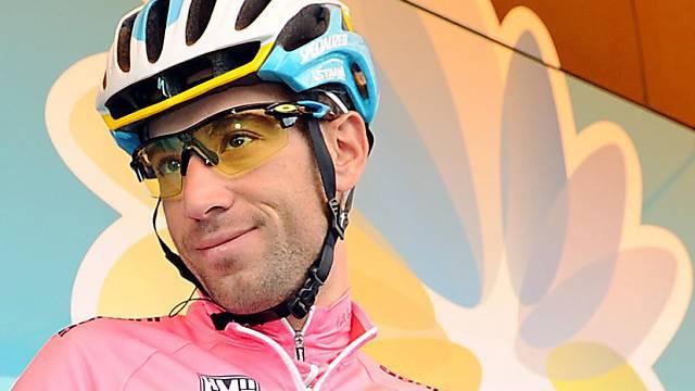 Der Leader Vincenzo Nibali posiert vor dem Teambus.