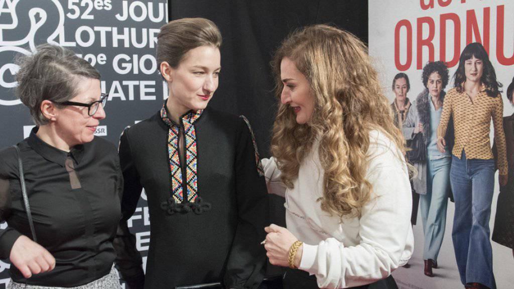 """An ihnen führte an den 52. Solothurner Filmtagen kein Weg vorbei: Petra Volpe, Regisseurin von """"Die göttliche Ordnung"""", und ihre beiden Darstellerinnen Marie Leuenberger und Rachel Braunschweig."""