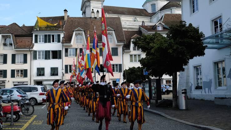 Die ehemaligen der Schweizergarde exerzieren durch die Solothurner Altstadt
