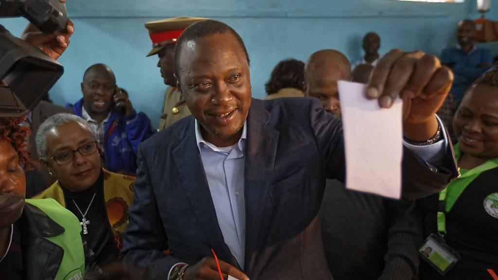 Kenias Präsident Uhuru Kenyatta bei der Stimmabgabe.