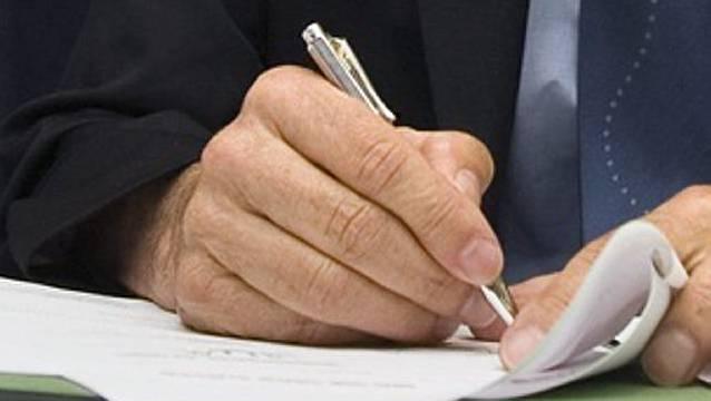 Hat der Chef Geldüberweisungen unterschrieben, hat Mona das Kuvert wieder geöffnet und die Unterlagen gefälscht. (Symbolbild)