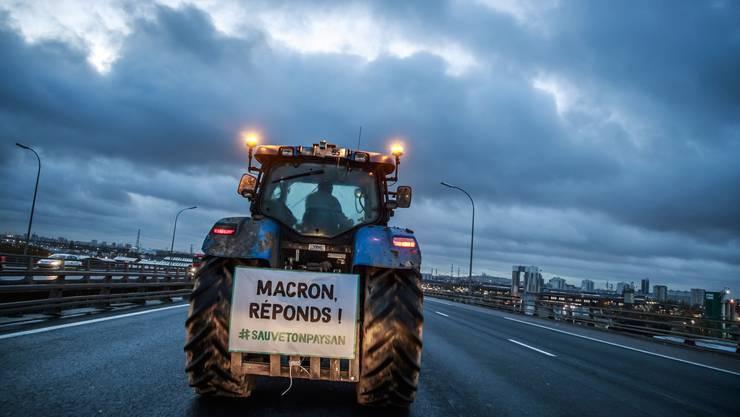 """""""Macron, antworte!"""". Französische Bauern haben am Mittwoch den Verkehr in Paris lahmgelegt."""
