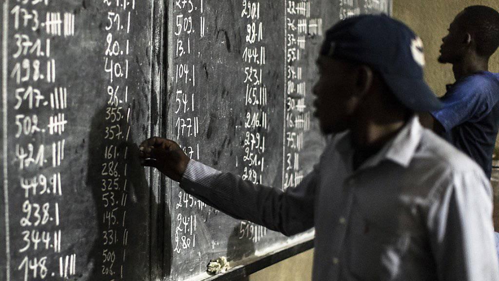 Im Kongo hat die Auszählung der Stimmen für die Wahlen am Sonntag begonnen.