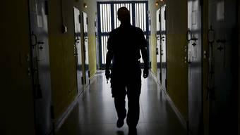 Im Kanton Zürich müssen sie sich künftig auch nach der Anstellung Sicherheitskontrollen unterziehen: Aufseher in den Gefängnissen. (Symbolbild)