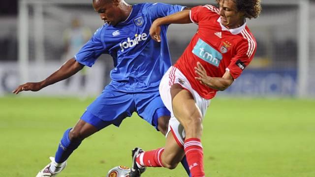 Schon im Spiel gings zur Sache: Benficas David Luiz (rechts) gegen Portsmouths Yassin