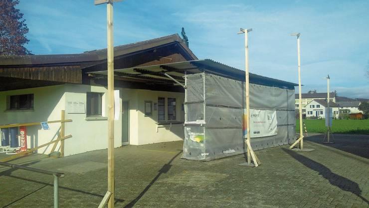 Die Baugespanne zeigen derzeit noch, wo der Anbau ans Clubhaus des FC Sarmenstorf bald stehen soll.