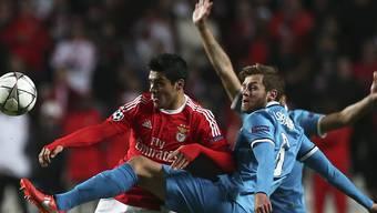 Benficas Raul Jimenez (links) gegen Nicolas Lombaerts