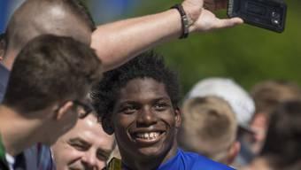 Das Lachen wieder gefunden: Breel Embolo mit Schalke-Fans