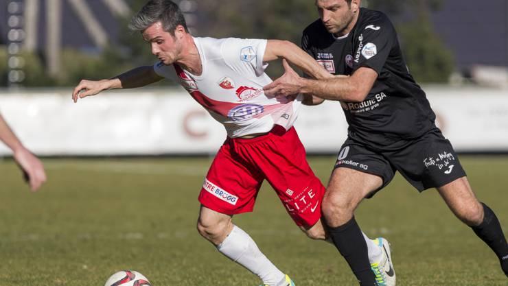 Janick Kamber vom finanziell schwer angeschlagenen FC Biel im Kampf um den Ball mit Le Monts Sehar Fejzulahi