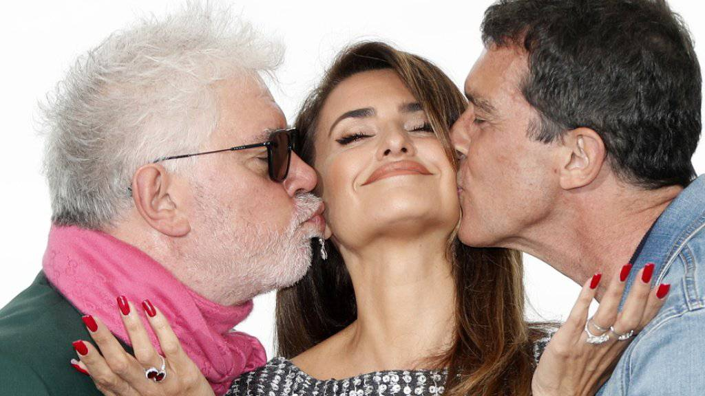 In Cannes im Wettbewerb steht der Film «Dolor  y Gloria» des spanischen Regisseurs Pedro Almodovar (links). Im Film wirken mit die spanische Schauspielerin Penelope Cruz (Mitte) und der spanische Schauspieler  Antonio Banderas (rechts).