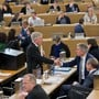 Herbert H. Scholl (FDP) überreicht Bildungsdirektor Alex Hürzeler die Motion für den Erhalt der Zofinger Berufsschule. bkr