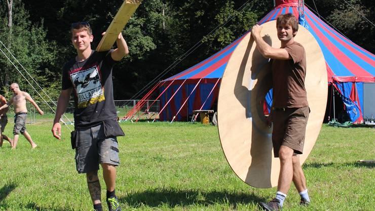 Sascha Roth (links) und Christian Döbeli vom OK-Team des Zamba Loca sind mitten in den Aufbauarbeiten.