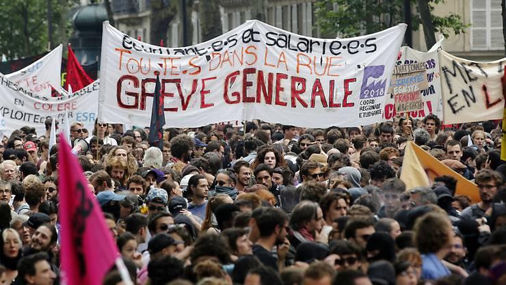 Zehntausende Angestellte im öffentlichen Dienst Frankreichs haben am Dienstag die Arbeit niedergelegt und ihrem Unmut über die Regierungspolitik Luft gemacht.