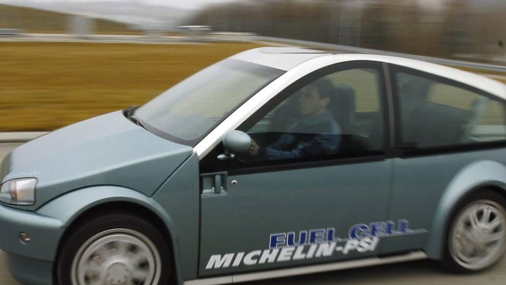 Autos mit Wasserstoffantrieb gibt es schon lange: Der von Michelin und dem Paul-Scherrer-Institut entwickelte Prototyp im Bild etwa wurde 2006 präsentiert. Eine Entwicklung der ETH Lausanne soll nun das Problem der fehlenden Tankstellen lösen.