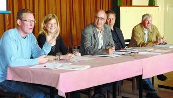Pro und Contra Unter der Leitung von Jürg Rettenmund (Mitte) diskutierten Adrian Wüthrich, Nadine Masshardt, Ulrich Seewer und Robert Sutter (v.l.) über die Vor- und Nachteile des Autobahnzubringers Oberaargau. (Manuela Jäggi-Wyss)