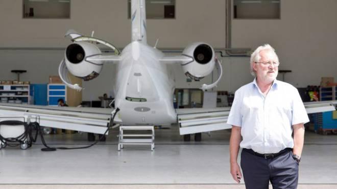 Oscar J. Schwenk vor dem neuen Pilatus Business-Jet PC-24. Foto: Mischa Christen