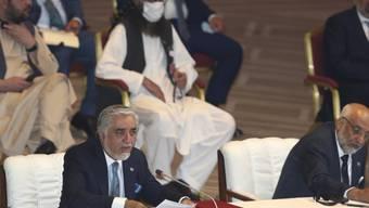 Abdullah Abdullah (l), Vorsitzender des Hohen Rats für Versöhnung, spricht bei der Eröffnungssitzung der Friedensgespräche zwischen der afghanischen Regierung und den Taliban. Foto: Hussein Sayed/AP/dpa