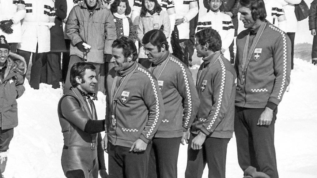 Siegerehrung im Februar 1972 an den Olympischen Winterspielen in Sapporo: Das Schweizer Team mit Jean Wicki, Hans Leutenegger, Werner Camichel und Edy Hubacher (von links nach rechts) gewinnt Gold