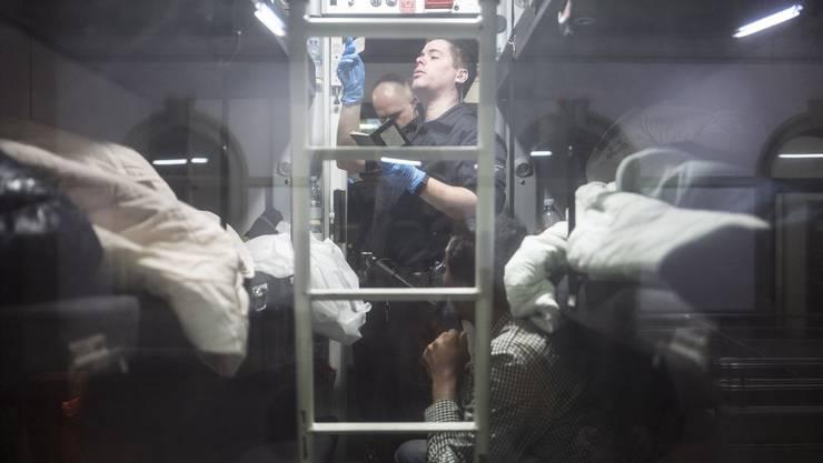 Die Grenzwacht durchsucht den gesamten Zug und kontrolliert die Pässe aller Passagiere. (3)