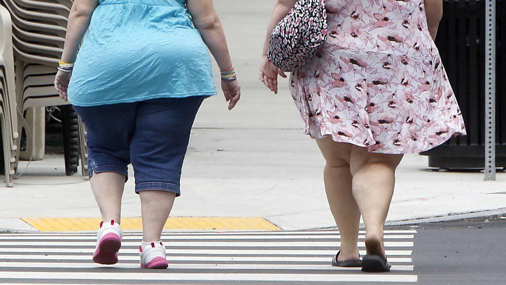 Weltweit gibt es mehr fettleibige Menschen als solche, die unterernährt sind: Das hat eine Hilfsorganisation errechnet. (Symbolbild)