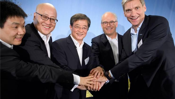 Nach aussen demonstrieren die Manager Einigkeit: Chen Hongbo (neuer Verwaltungsrat von Syngenta), Robert Lu (ChemChina), Ren Jianxin (Präsident von ChemChina), Syngenta-Vize Michel Demaré und Konzernchef Erik Fyrwald (v.l.n.r). Laurent Gillieron/Key
