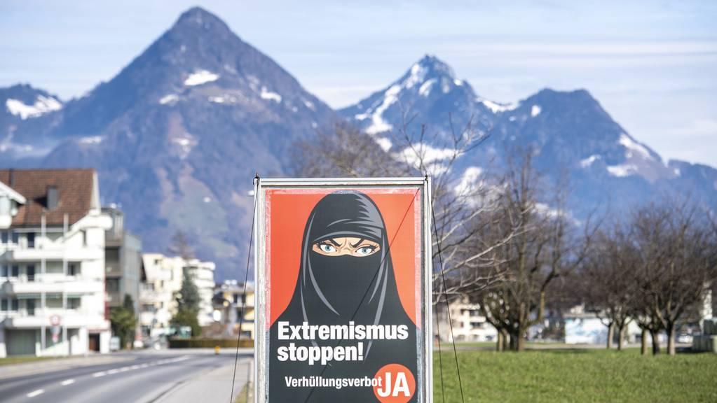 Das Verhüllungsverbot kommt in die Bundesverfassung. Verboten wird den muslimischen Frauen damit auch das Tragen einer Burka oder eines Niqab.