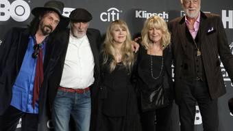 Fleetwod Mac mit Stevie Nicks (M) musste wegen einer Erkrankung von Nicks mehrere Konzerte in Nordamerika absagen. (Archivbild)