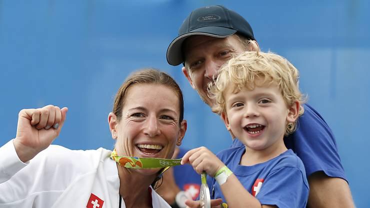 Familienglück perfekt: Nicola Spirig im Sommer 2016 in Rio mit ihrem Sohn Yannis und ihrem Ehemann Reto Hug