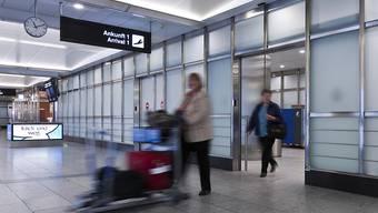 Mit der Orientierung nach der Ankunft am Flughafen dürften die wenigsten Expats Mühe haben - als schwieriger erweist sich dagegen die Integration in die Schweizer Bevölkerung. (Archivbild)